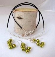 Halsband och örhängen. Bild: Ina Sundström