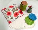 Handinbunden skrivbok, liten handmålad burk, gapig fågelunge, festduk till kakfatet samt virkade glasunderlägg