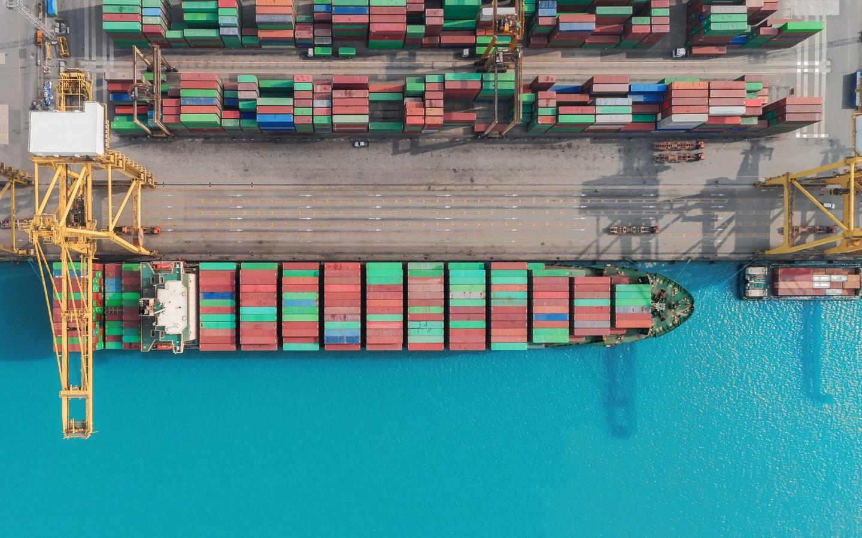Containerskip som ligger til havn. Foto