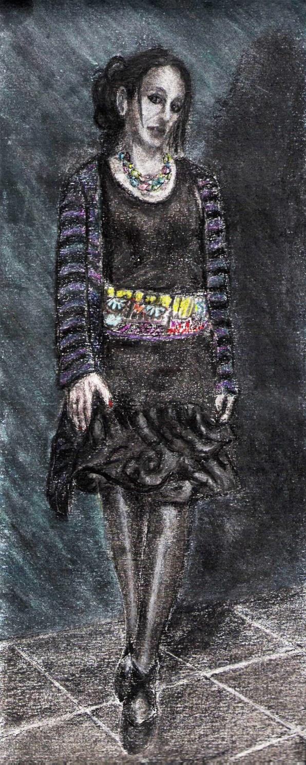 Cette photo représente un dessin en pieds au fusain et pastel de ma femme Morgane. Elle porte une robe noire fudeau dont le bas est évasé et en forme de multitude de spirales qui lui arrive au genou. Elle porte également un gilet à rayures bleu lavande et noir. Elle a autour du cou un pendentif en forme d'aile de papillon .On l'a voit de face, debout, la tête légèrement inclinée sur sa gauche et les yeux fermés. Sa jambe droite est en avant comme si elle avançait vers celui qui la regarde. Un peu comme le fait un modèle dans un défilé de mode. Elle porte des collants noirs et des chaussures noires à au talon Autour de sa taille, une large ceinture très colorée, multicolore faite de tissu et de perles. Le fond est un camaïeu de bleu, de bleu sombre à bleu claire. La partie droite est sombre et reçoit son ombre portée.