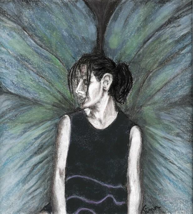 Dessin au fusain et pastel. Ma femme, Morgane, en robe Rodier bleue marine. Son corps nous fait face et son visage est de profil gauche. Elle a les cheveux bruns attachés en queue de cheval. Quelques longues mèche tombent devant et sur le côté de son visage. On a l'impression qu'elle porte des ailes de papillon bleues avec des reflets verts