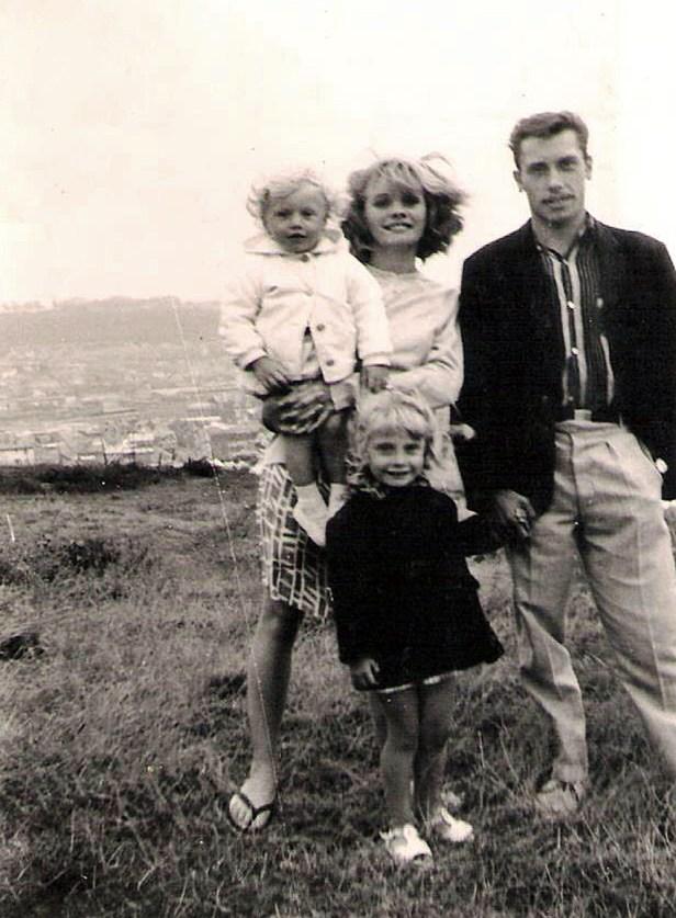 Photos en noir et blanc qui me présente dans les bras de ma mère en compagnie de mon père qui donne la main à ma sœur aînée, Sylvie. Année 1967, au Tréport, ville côtière de la Seine Maritime, en Normandie.