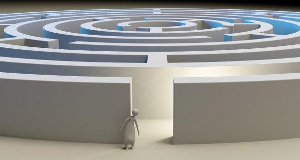 Un individu représenté symnoliquement est devant l'entrée d'un énorme labyrinthe. Il est hésitant. Va-t-il entrer ?