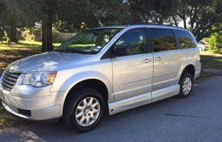 2010 Chrysler Town and Country LX – Side Entry full