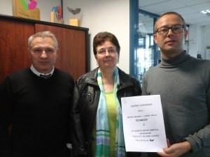 les représentants de Métro et du CDH35 montrent le contrat