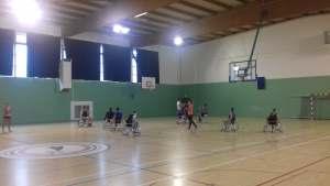 stagiaires qui essayent le basket fauteuil