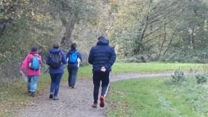 Quatre des randonneurs en pleine action vues de dos
