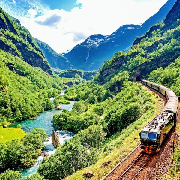 The 15 Most Beautiful Train Journeys Across The World You Have To Travel On! (35)