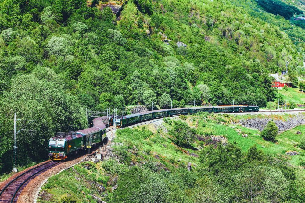 The 15 Most Beautiful Train Journeys Across The World You Have To Travel On! (36)