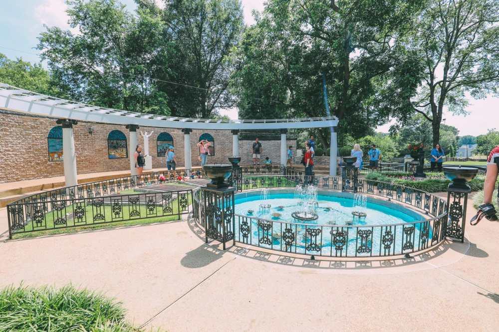 Visiting Graceland - The Home Of Elvis Presley (31)