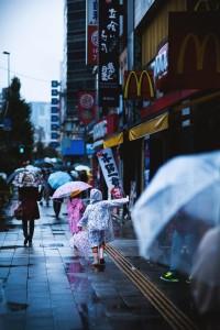 雨の中歩く子供ら