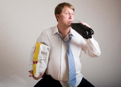 ポップコーン片手にコーラを飲む男性