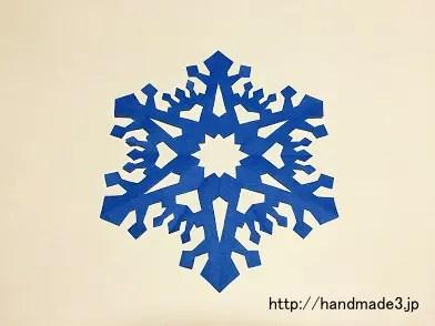 折り紙で雪の結晶を作った