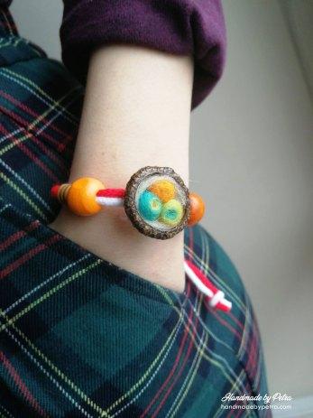 Мартеници за ръка с жълъдови шапчици и шарени топчета