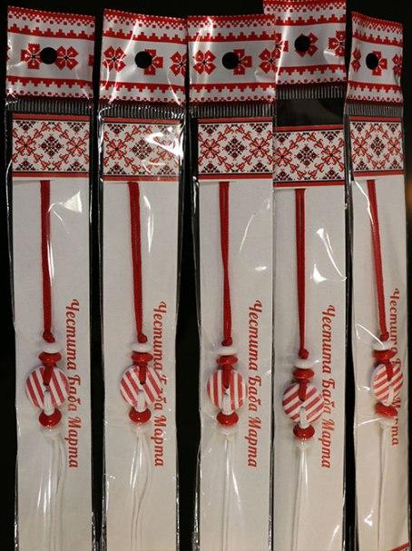 Мартеница за ръка с копче бяло и червено - handmadebypetra.com