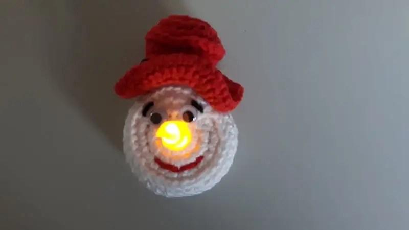 theelichtje met rode hoed brandend