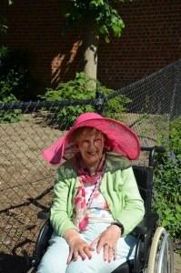 mijn moeder met hoed