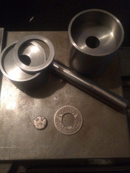 Тесіктері бар және металл сақиналары