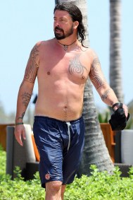 3ea4fb4700000578-4351118-who_knew_dave_grohl_of_the_foo_fighters_was_spotted_shirtless_in-a-6_1490555273027