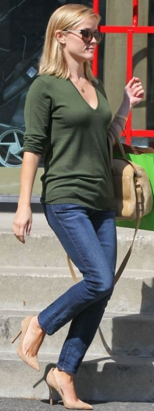 Reese Witherspoon wearing a casual fall outfit