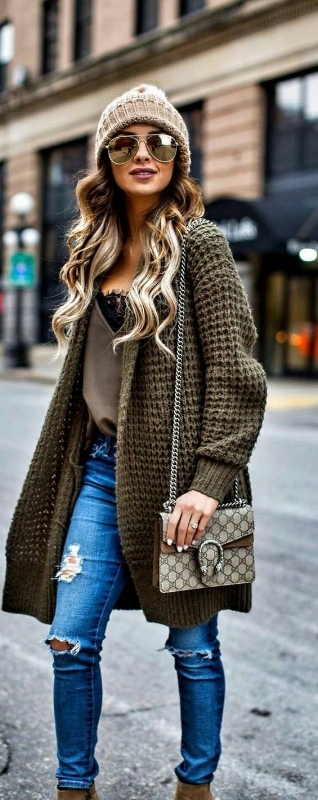 fall capsule wardrobe - woman wearing a green knitted oversized cardigan coat in fall