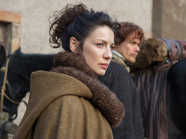 Claire-from-outlander-wearing-a-knitted-cowl