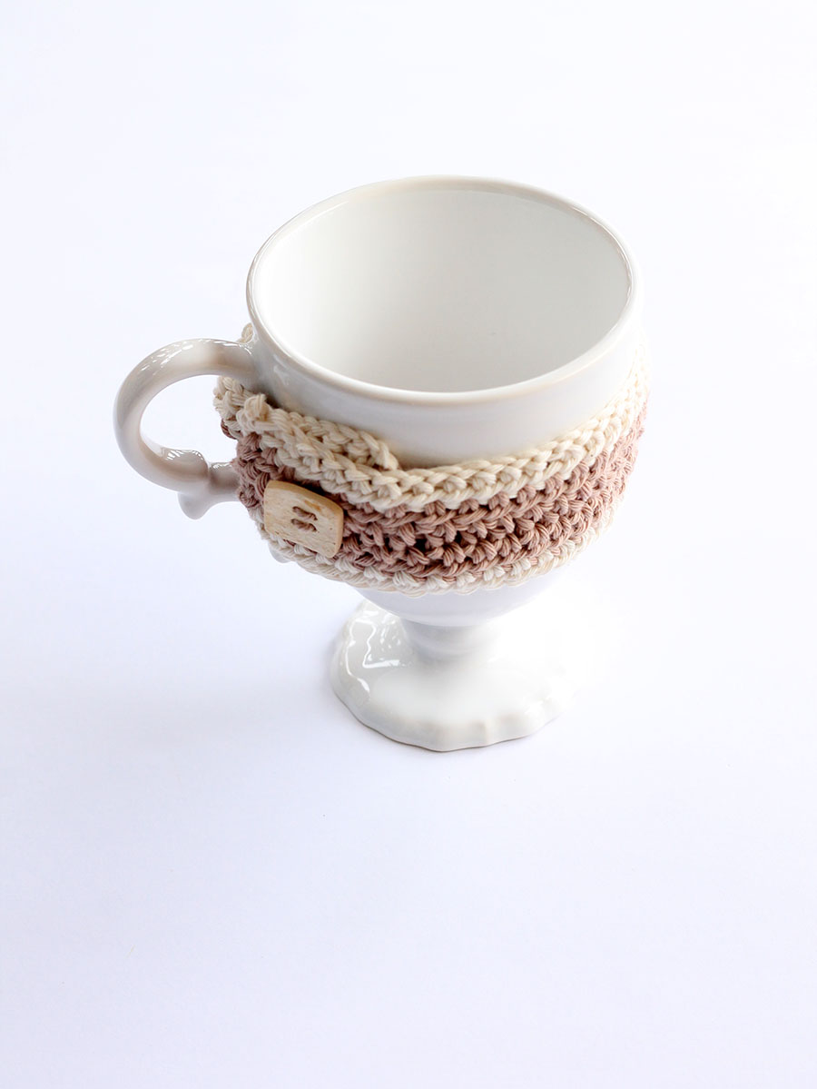 crochet mug cozy with button fastening