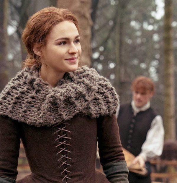 Brianna in Outlander wearing a knitted scarf