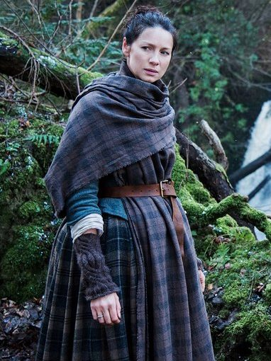Claire from Outlander wearing cable knit arm warmers