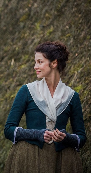 Claire from Outlander wearing blue arm warmers