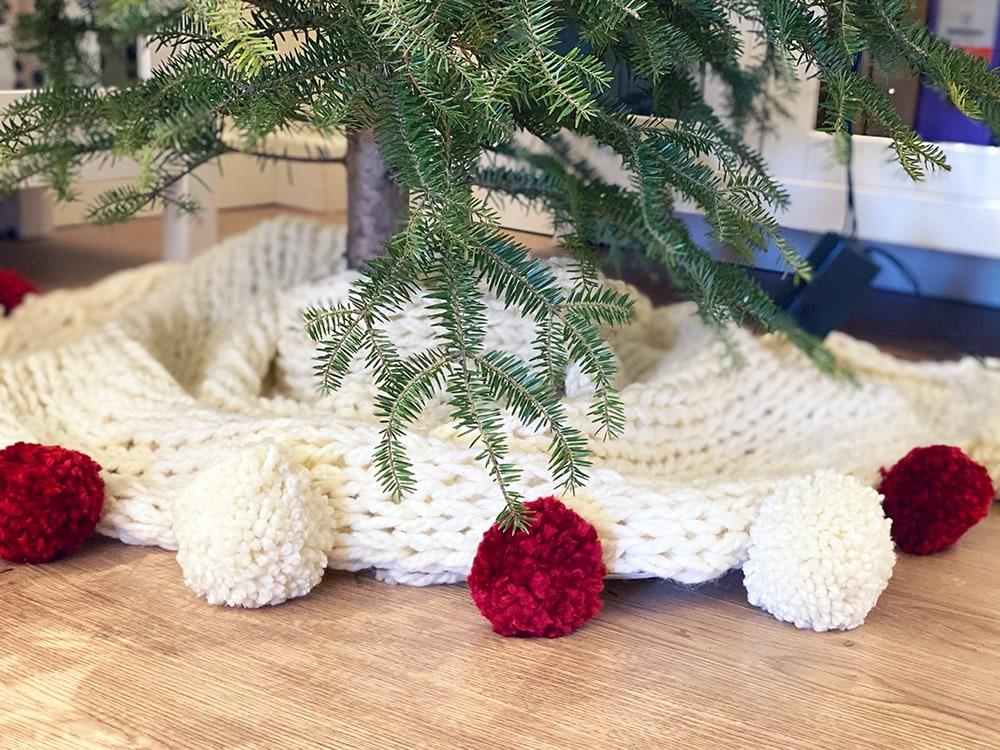 grob gestrickter Weihnachtsbaumrock