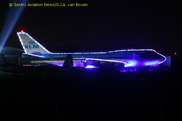 Sentry Aviation News Christmas Lights On Boeing 747 At