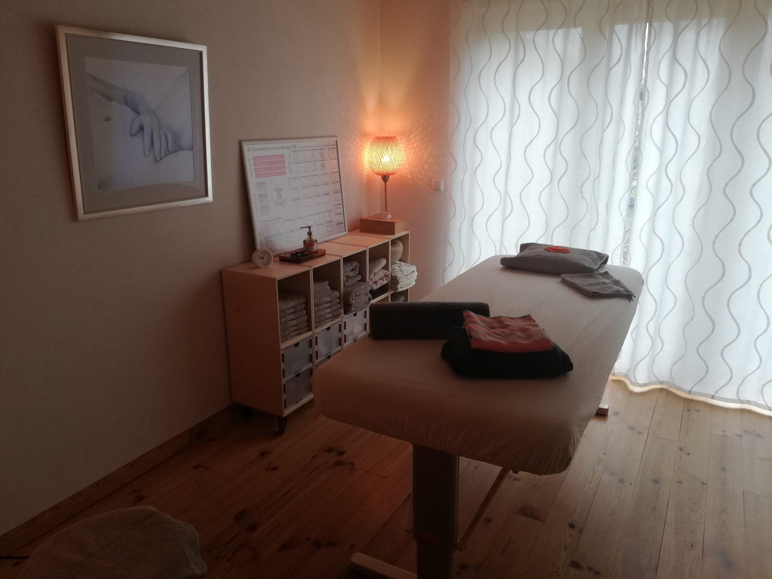 Massageraum mit Massagebank