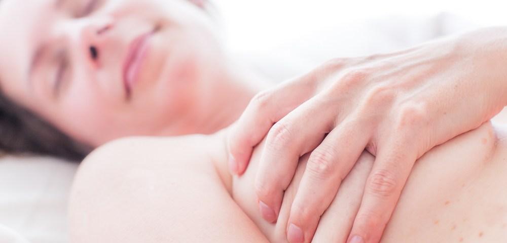 Hand auf weiblicher Brust