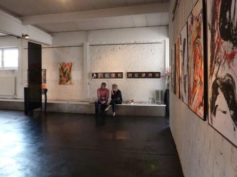 In der Galerie. Gabi Wicke weiter hinten mit Besuch.