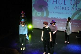 Hut Up mit Kreationen von Astrid Ries.