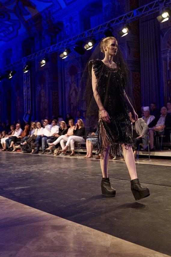 """Eines der """"Jeanne Dark""""-Models in Lakritz-Corsage."""