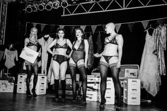 Models, keine Freaks, auf der Bühne des Musikzentrums.