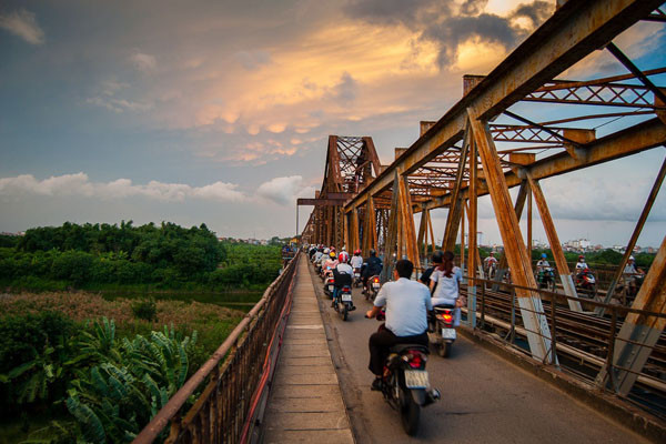 travel hanoi long bien bridge
