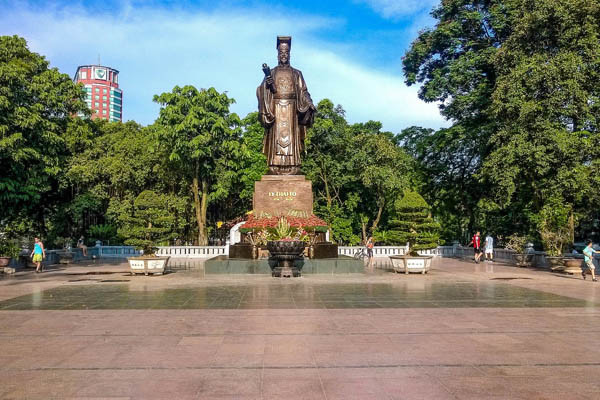The Statue of Ly Thai To