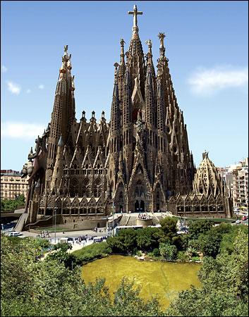 sagrada-familia-barcelona-projection