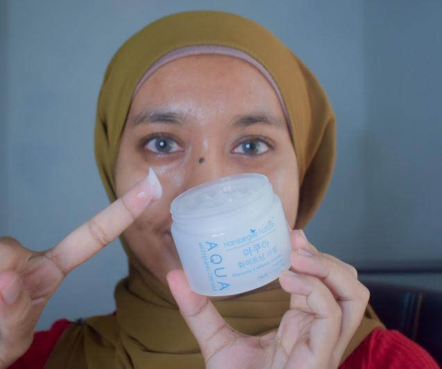 Selepas cuci muka, calitkan Aqua Whitening Cream di pipi, dahi, dagu dan hidung