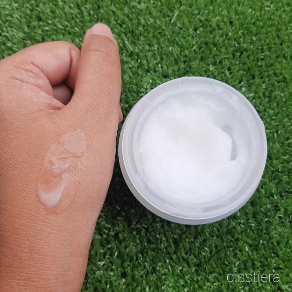 Tekstur Aqua Whitening Cream Hansaegee Nature apabila disapukan pada kulit