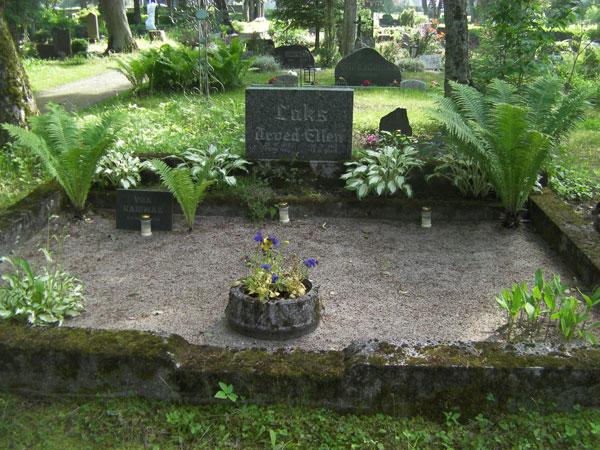 Estonian Cemetery - Manicure Grave   Hansen-Spear Funeral Home - Quincy, Illinois