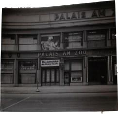 """Foto vom Palais am Zoo mit dem großen Kochbild der """"blauen Traube"""""""