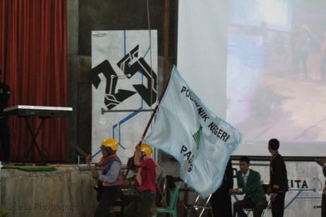 pembawa bendera dari UKM Mapala