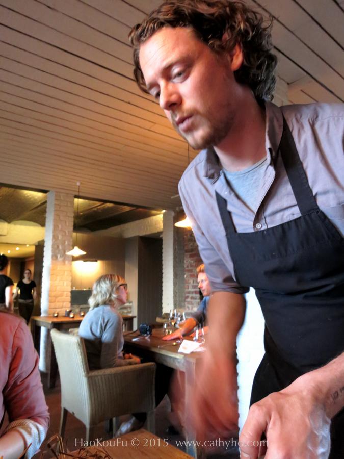 主廚柯博親自為我們送上麥桿燻烤野鴨胸