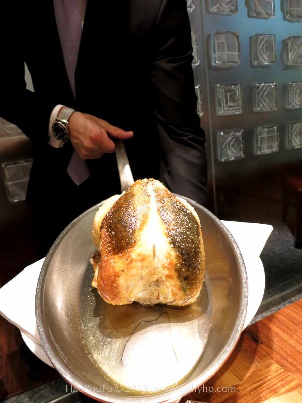 Cuisine[s] Michel Troisgros的黑松露奶油布列斯雞,布列斯雞的皮與肉身之間,塞了榛果、奶油,以及剁碎的黑松露混合的內饀