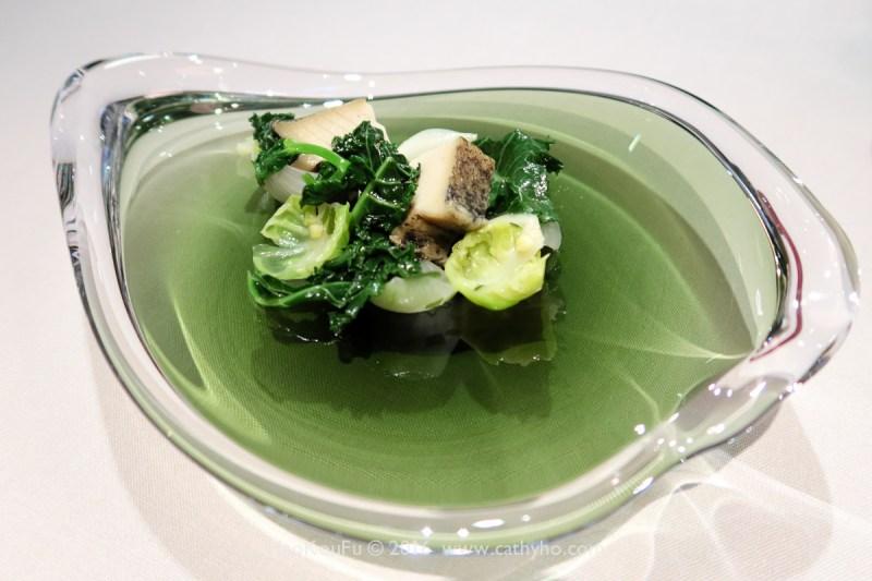 Ta Vie旅之日式煮長崎鮮鮑,配上羽衣甘籃和裙帶菜海藻沙拉,吃起來很清爽,然調味似乎可以再大膽一些。