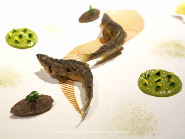 似乎仍在河川中游動著的炸小香魚,佐小黃瓜芥茉醬汁和香魚肝醬
